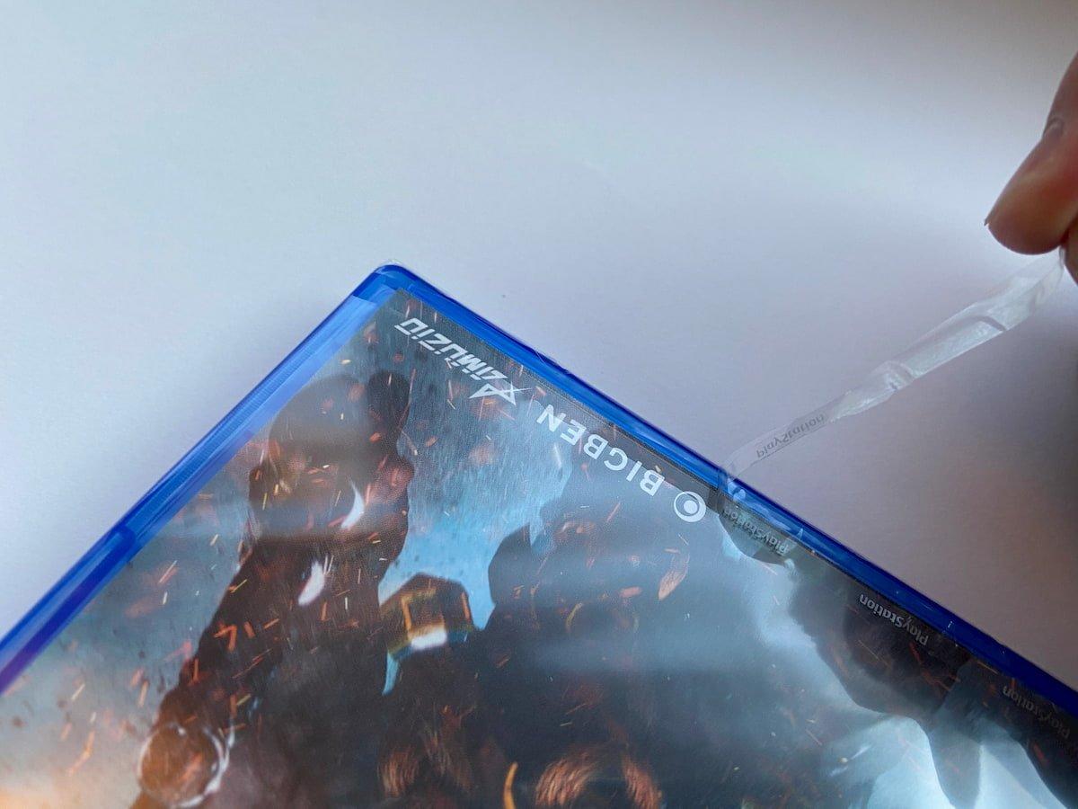 PS4のパッケージのビニールを剥がす様子