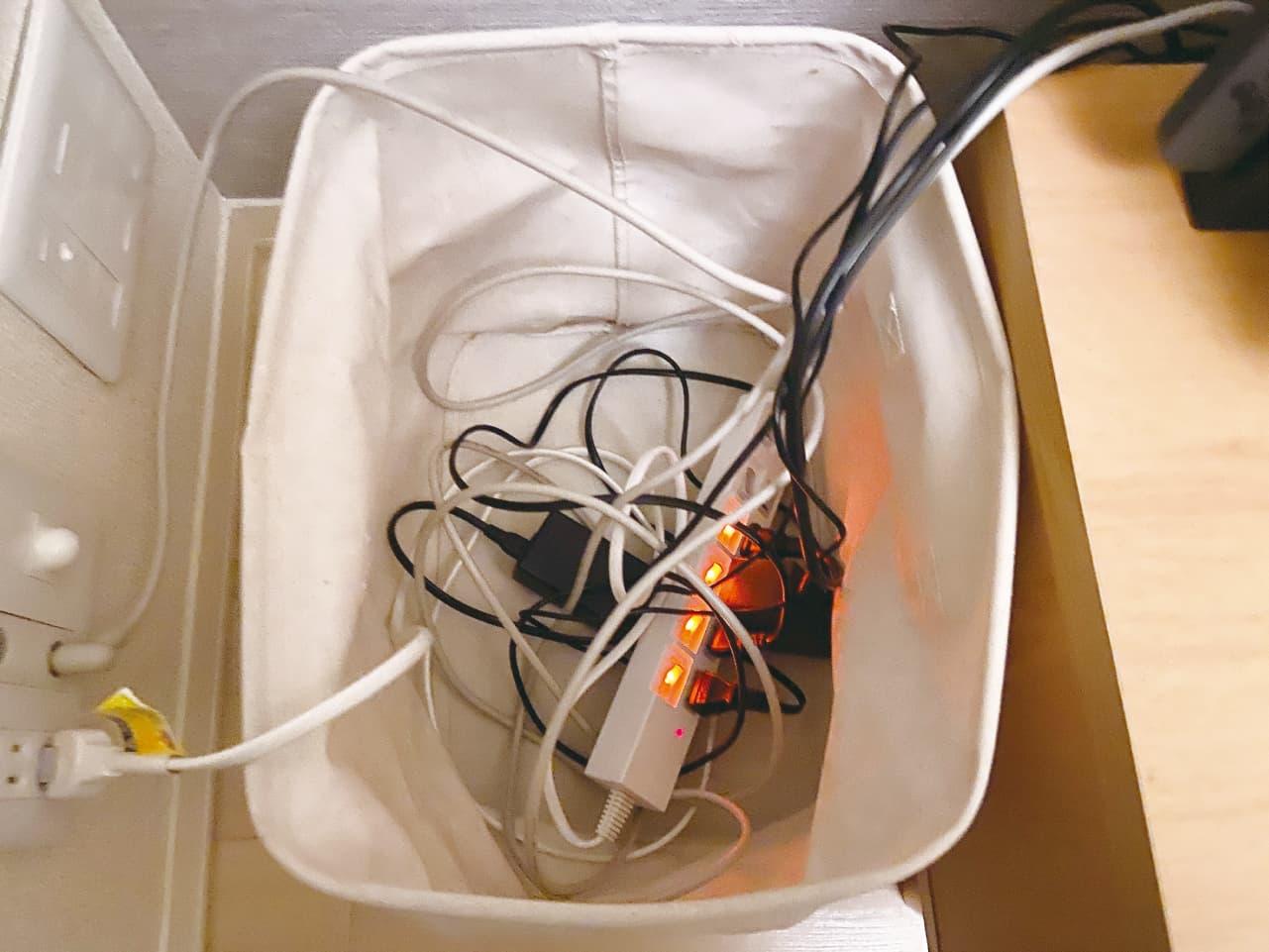 無印良品の収納ボックスに入れた配線