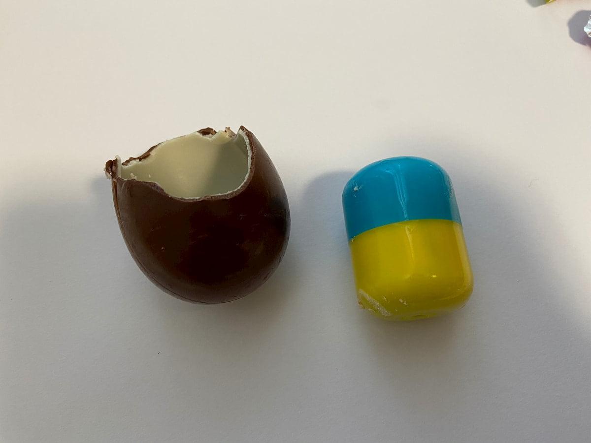 2層になっているチョコと黄と青のカプセル