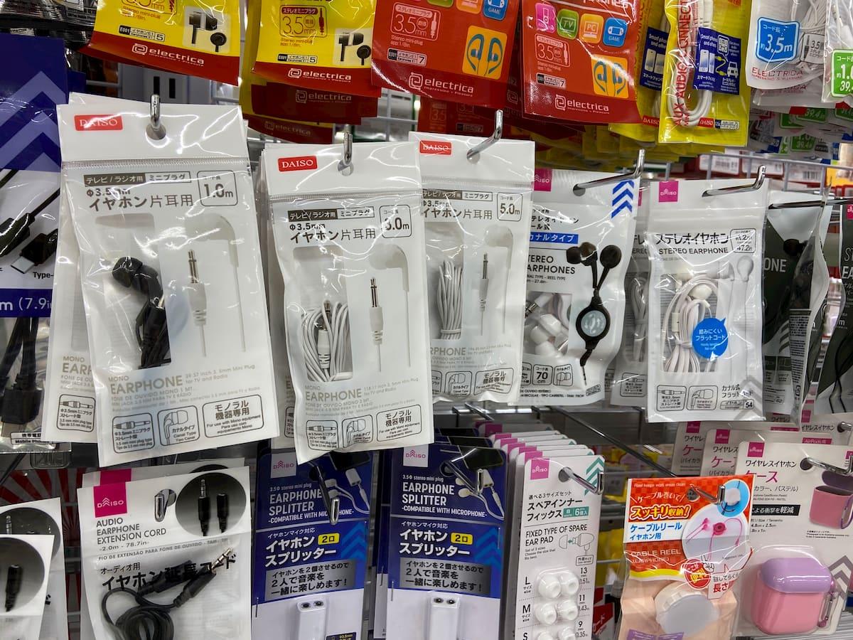 ダイソーのヘッドホン売り場に並ぶイヤホン