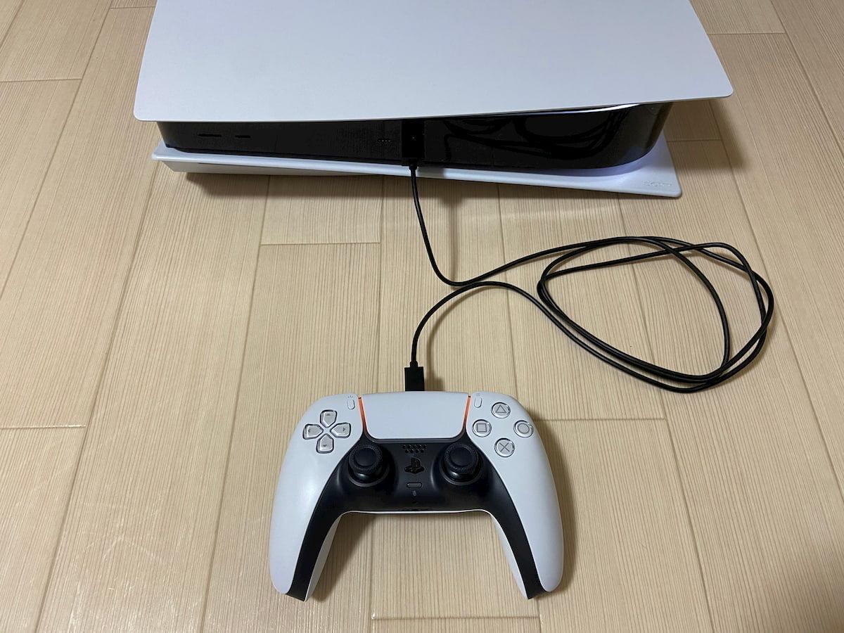 PS5本体とコントローラーをケーブルで接続して充電