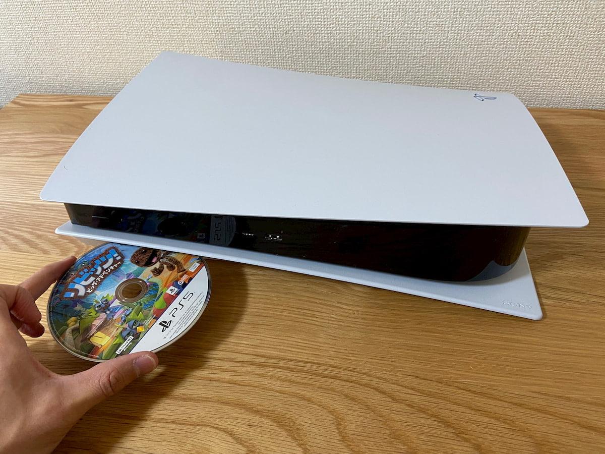 PS5を横置きにした状態でディスクを挿入