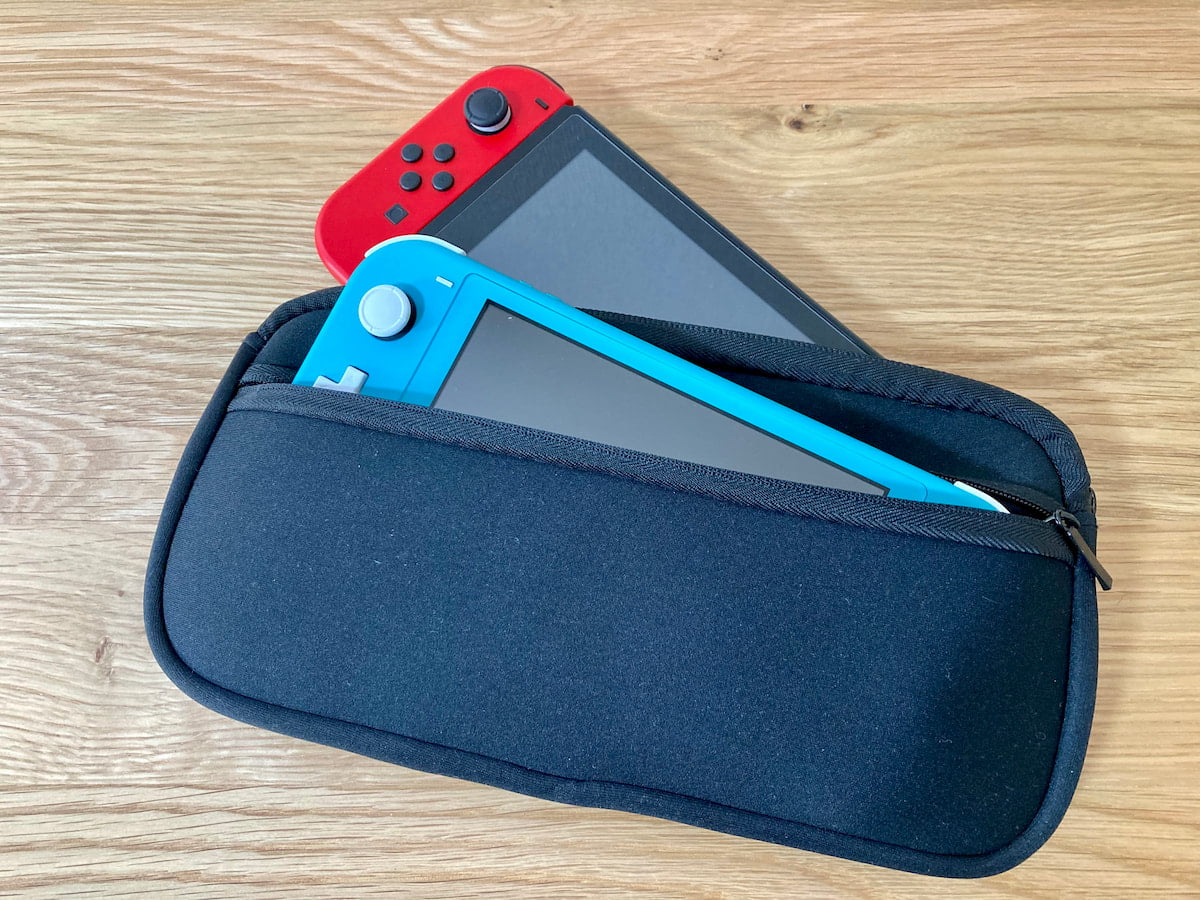 Switch用ソフトケースに収納したSwitchとSwitch Lite