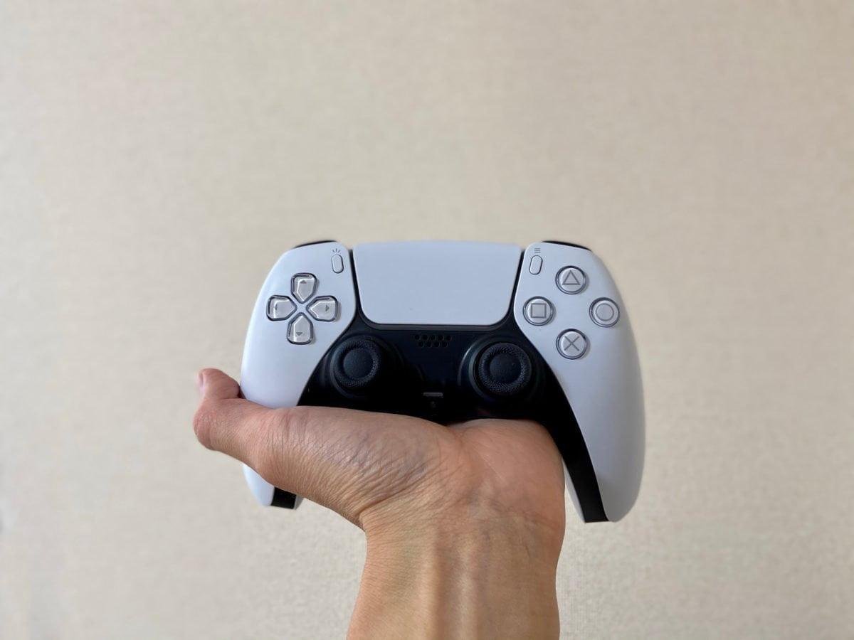 DualSenseを持った手