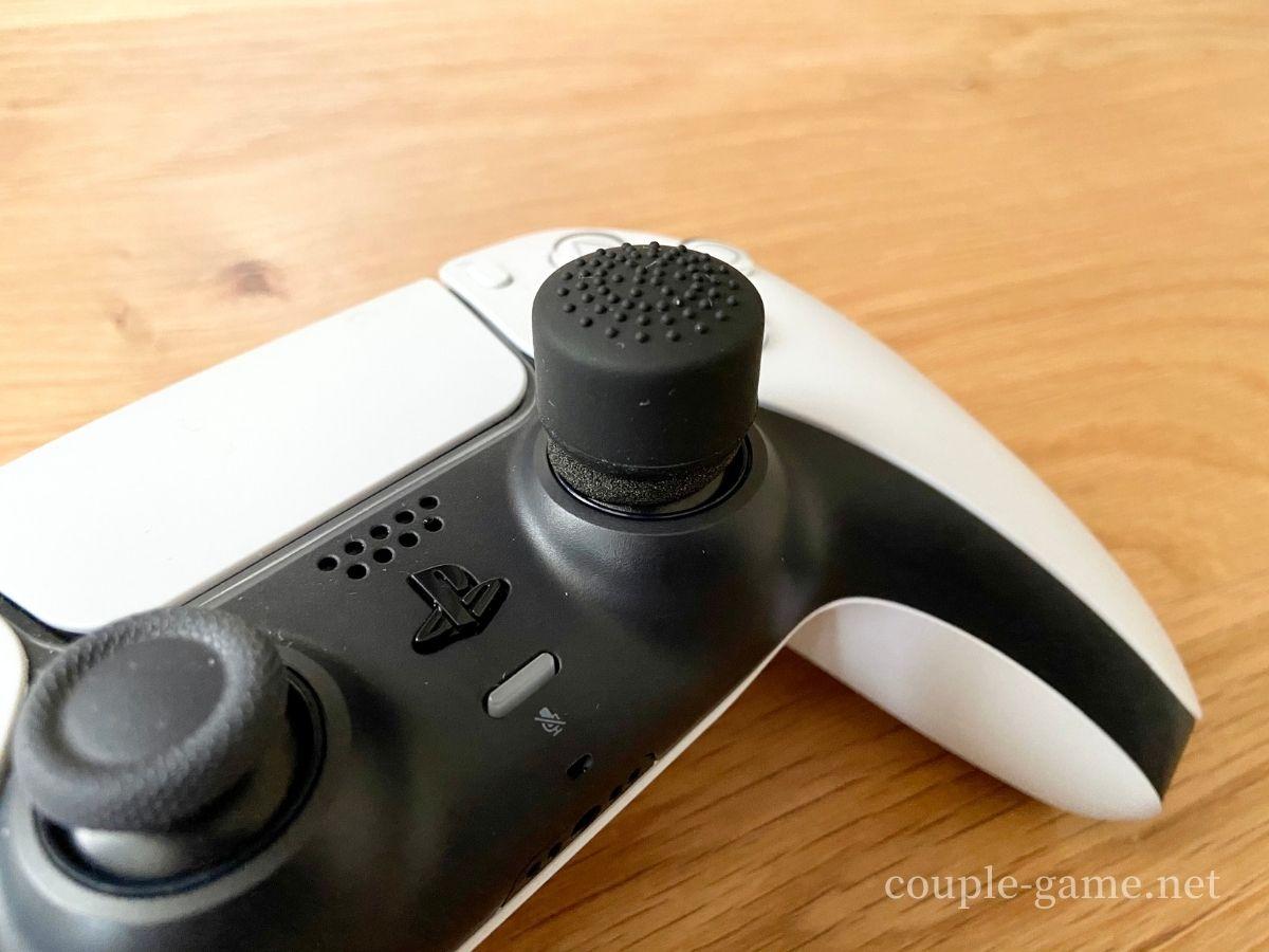 アナログスティックカバーを装着したPS5コントローラー
