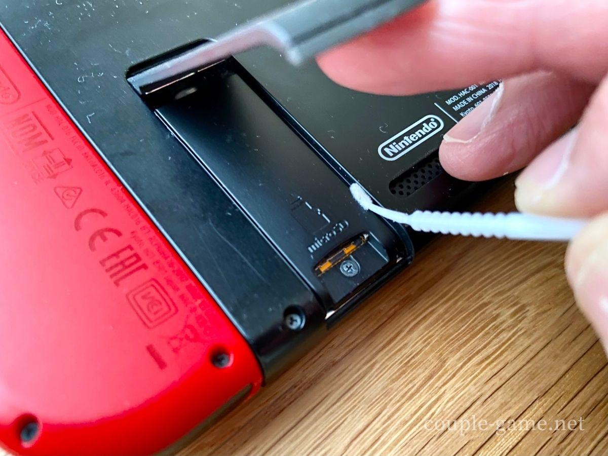microSDカードの差し込み口を綿棒で掃除